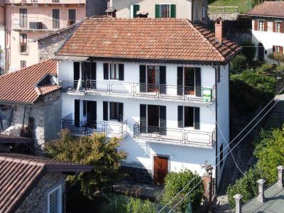 Oggebbio Novaglio, Casa con giardino